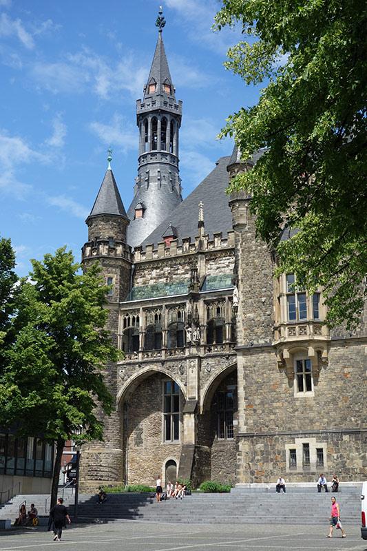 Das gotische Rathaus und der über 1200 Jahre alte Dom sind die markantesten Gebäude im historischen Stadtkern von Aachen.
