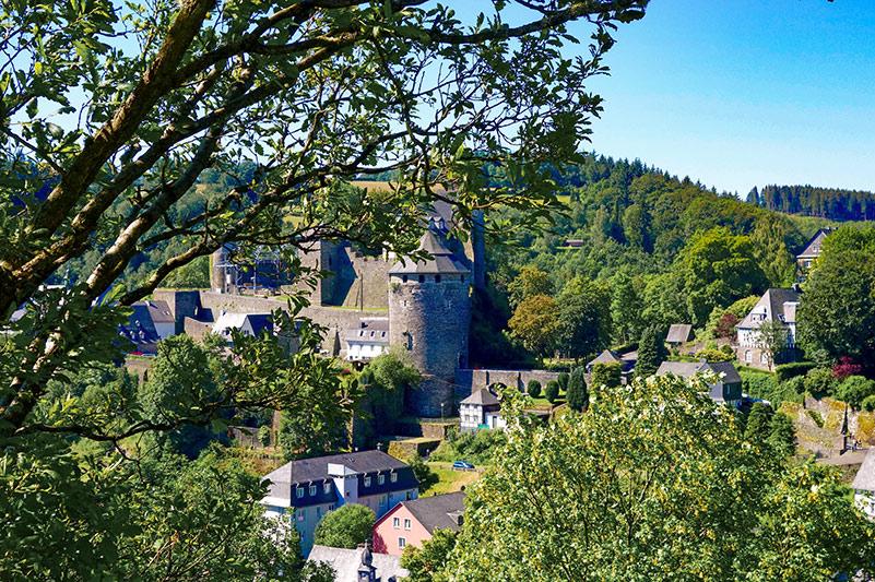 Die Burg Monschau, 1971 von Christo verpackt, wird heute als Jugendherberge genutzt. Im Sommer findet dort das Monschau-Festival mit bekannten Musikern und Künstlern aus Klassik, Rock und Unterhaltung statt. Das nächste Festival findet in 2021 statt.