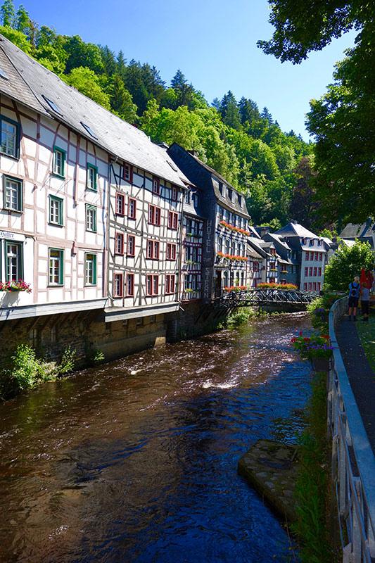 Monschau mit seiner historischen Altstadt lädt zum Entdecken und Bummeln ein. Vielfältige Senf-Kreationen können im Lädchen der tradionellen Senfmühle probiert und gekauft werden. Der romantische Weihnachtsmarkt lockt in jedem Jahr viele Besucher aus dem Dreiländereck in das romantische Städtchen.